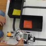 ロボットアカデミーの授業の様子。投げる仕組みと変数を使って狙ったゴールにピンポン玉を投げ入れよう!