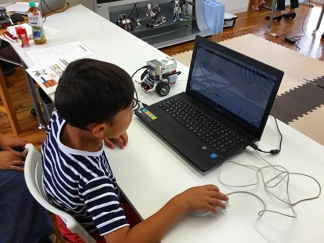 ロボットプログラミング教室、体験会の様子。パソコンでプログラミングをする生徒