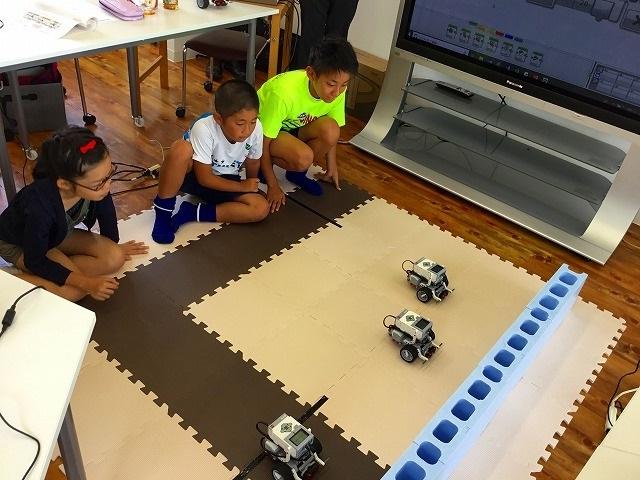 ロボットプログラミング教室、体験会の様子。ロボットを走らせる生徒